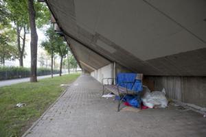 Ces Roms bulgares dorment le long de la ligne 6 du métro